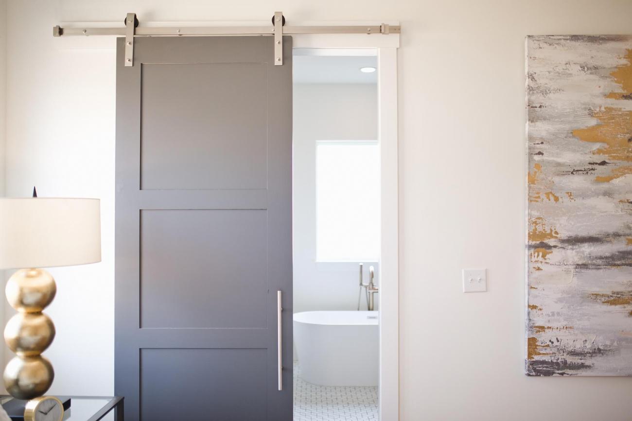 Porte scorrevoli, accessori di design: l'importanza di manutenzione e cura